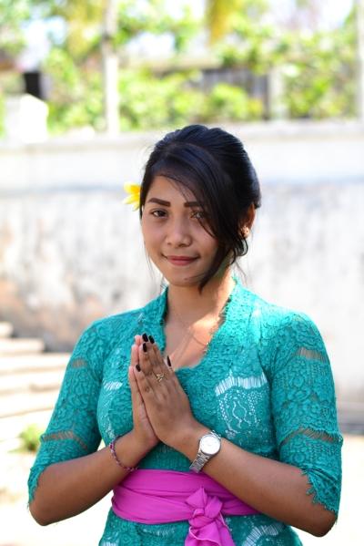 """Saya memotret seorang gadis Bali yang ramah dan murah senyum untuk tema ketiga, """"Khas Bali""""."""